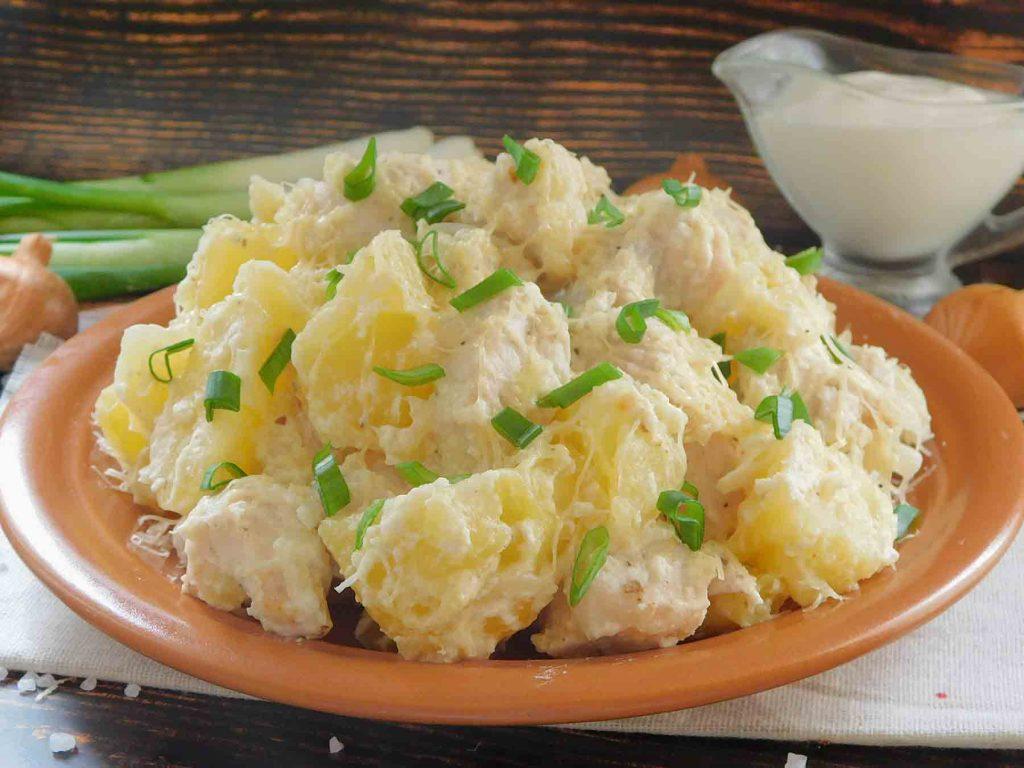 готовая порция курицы в сметане с картошкой