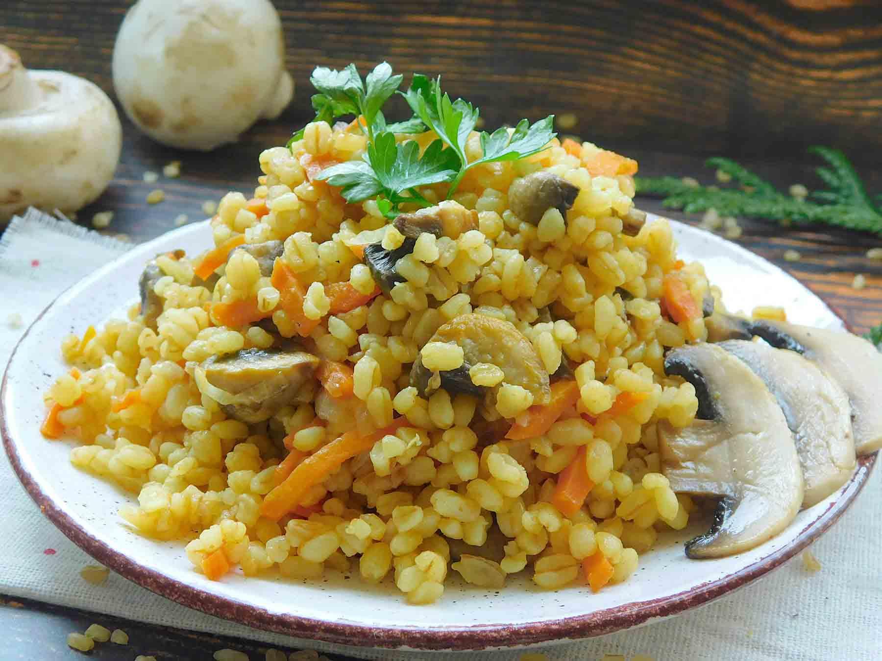 готовая порция булгура с грибами