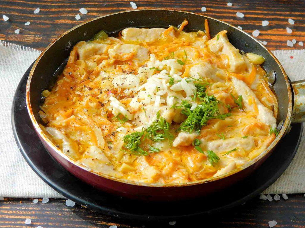 добавить чеснок и укроп для сметанного соуса