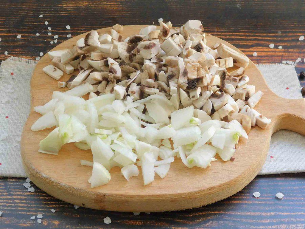 для начинки нарезаем лук и грибы