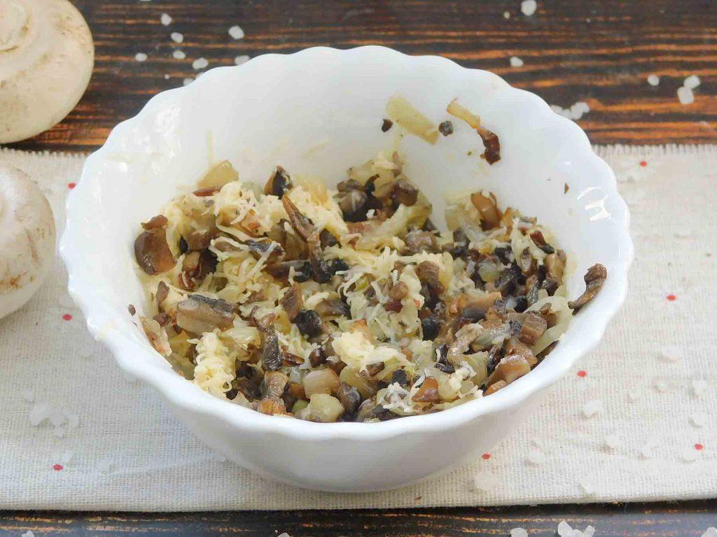 делаем начинку для картофельных зраз с грибами и сыром