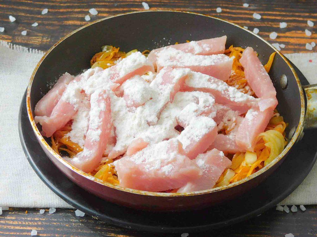 добавить муку для густоты сметанного соуса