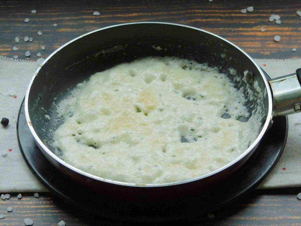 добавить муку в сливочное масло
