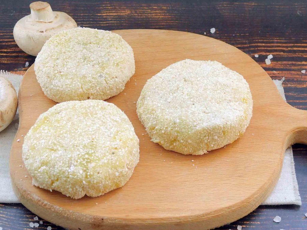 формируем картофельные зразы с грибами и сыром