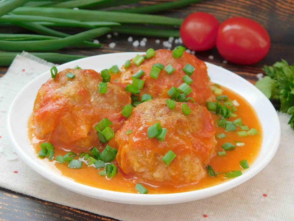 Котлеты в духовке с подливой из томатного сока